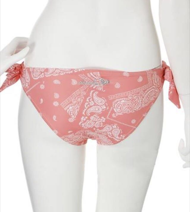 即決 新品 ¥14040 ダズリン×ROXY バンダナ柄コラボビキニ ピンク 水着 スイムウェアdazzlin×ROXY BUSTIA/KNOTTED SURFER タンキニ_ヒップにはdazzlinとROXYのロゴ刺繍