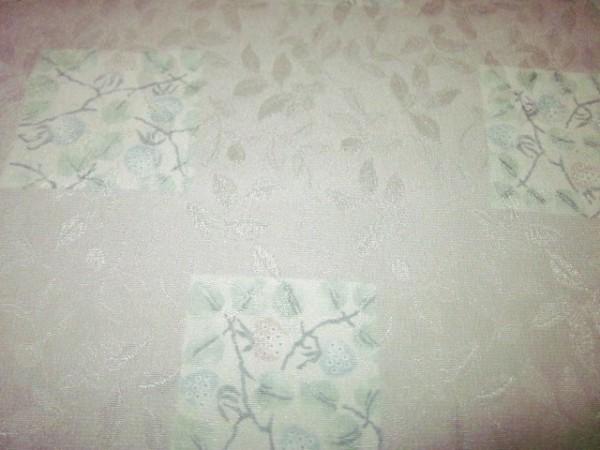 【京わぎれ】東レ シルック 長襦袢はぎれ 葉っぱ地紋 色紙取野いちご柄 薄グレー色 替え袖用2.2m②_画像3
