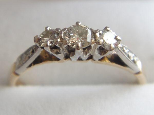 アンティーク K18刻印あり プラチナ刻印あり 虹色の輝き 3つのダイヤモンドのリング 8.8号 本物保証 イギリス購入品_画像8