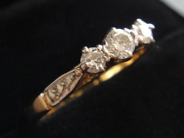 アンティーク K18刻印あり プラチナ刻印あり 虹色の輝き 3つのダイヤモンドのリング 8.8号 本物保証 イギリス購入品_画像2