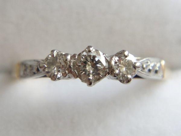 アンティーク K18刻印あり プラチナ刻印あり 虹色の輝き 3つのダイヤモンドのリング 8.8号 本物保証 イギリス購入品_画像7
