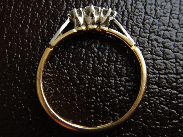 アンティーク K18刻印あり プラチナ刻印あり 虹色の輝き 3つのダイヤモンドのリング 8.8号 本物保証 イギリス購入品_画像4