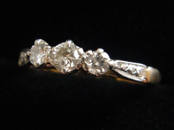 アンティーク K18刻印あり プラチナ刻印あり 虹色の輝き 3つのダイヤモンドのリング 8.8号 本物保証 イギリス購入品_画像3