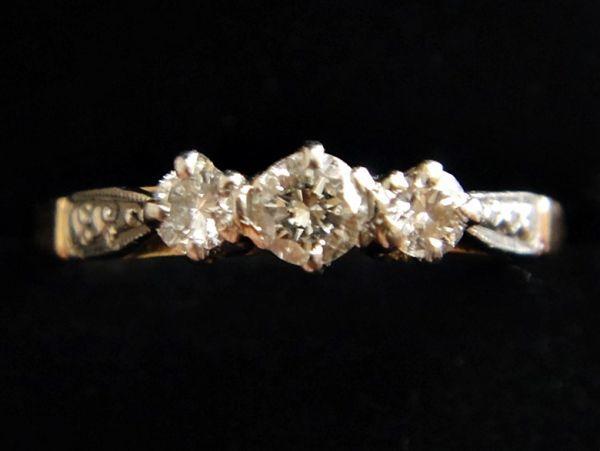 アンティーク K18刻印あり プラチナ刻印あり 虹色の輝き 3つのダイヤモンドのリング 8.8号 本物保証 イギリス購入品