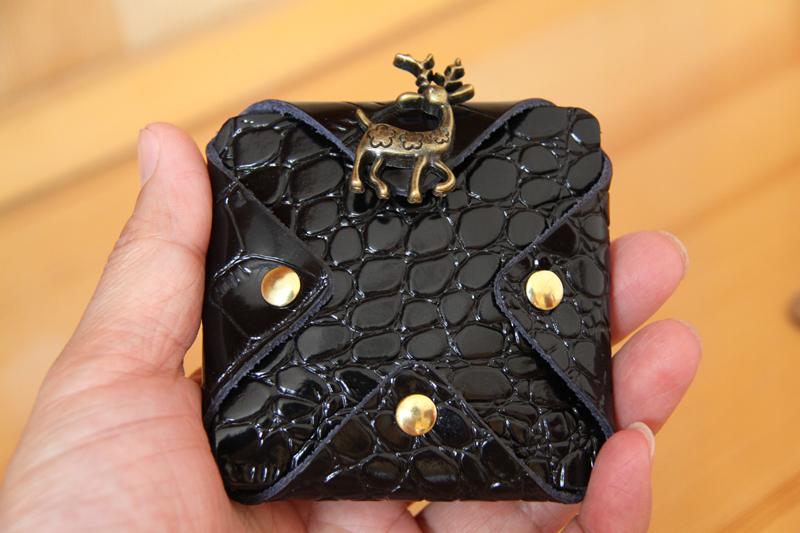 ハンドメード本革コンパクト四角小銭入れ 携帯便利取りやすいコイン大量収納 クロコダイル柄ブラック サイズ8cm×8cm_画像2