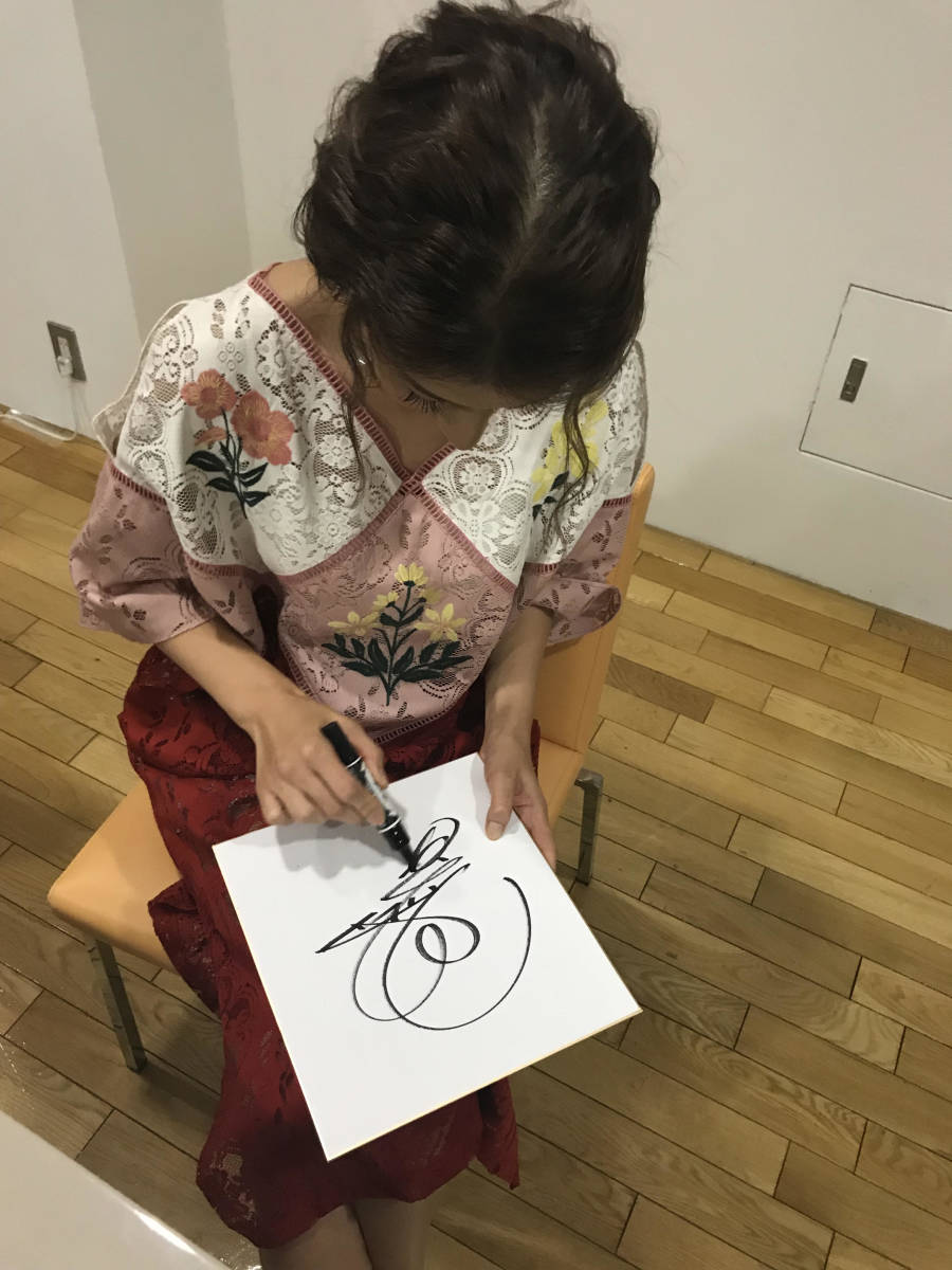スザンヌさんサイン中お写真