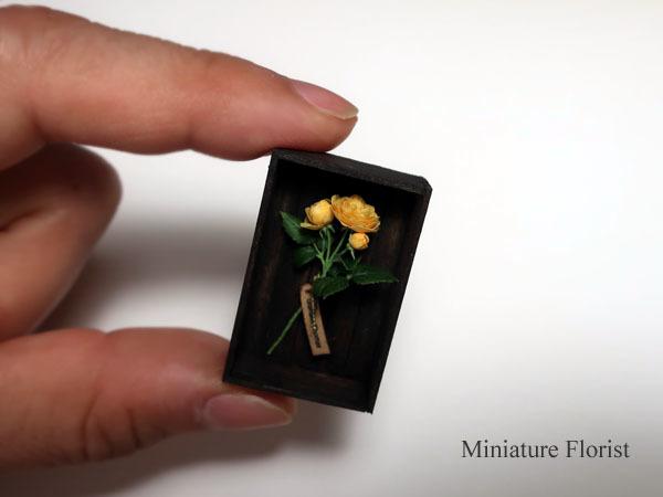 ミニチュア 木箱入りグラハムトーマス 粘土の花 クレイフラワー ドールハウス ハンドメイド バラ イングリッシュローズ