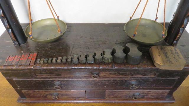 ☆ 古民具☆江戸期 両替商 天秤台はかり 銅製まゆ型分銅15個 木製分銅10個 ☆_画像5