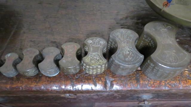 ☆ 古民具☆江戸期 両替商 天秤台はかり 銅製まゆ型分銅15個 木製分銅10個 ☆_画像6