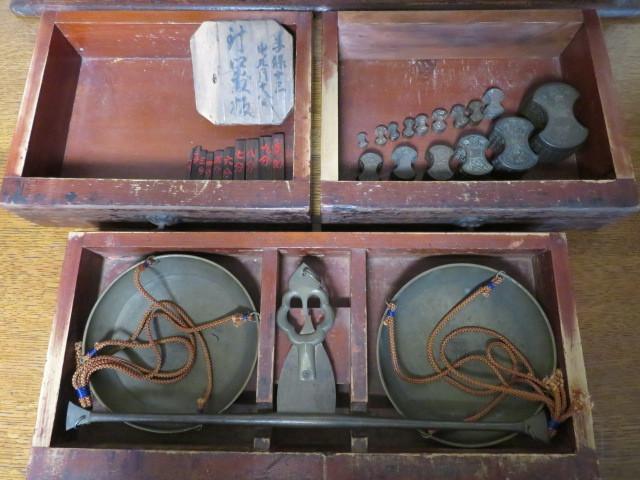 ☆ 古民具☆江戸期 両替商 天秤台はかり 銅製まゆ型分銅15個 木製分銅10個 ☆_画像9