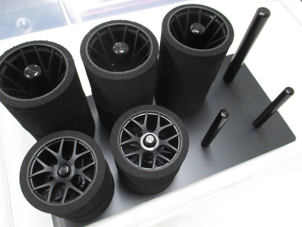 タイヤ&タイヤスタンド(黒)も付属します