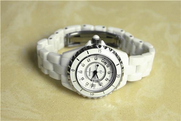 シャネルJ12ホワイトレディース時計