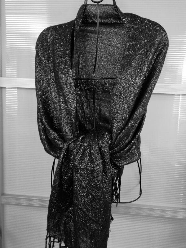g_t f743 ブラック ラメ入りショール 縦約 75㎝ 横約 162㎝ この一枚で女性らしさアップ です。_画像1
