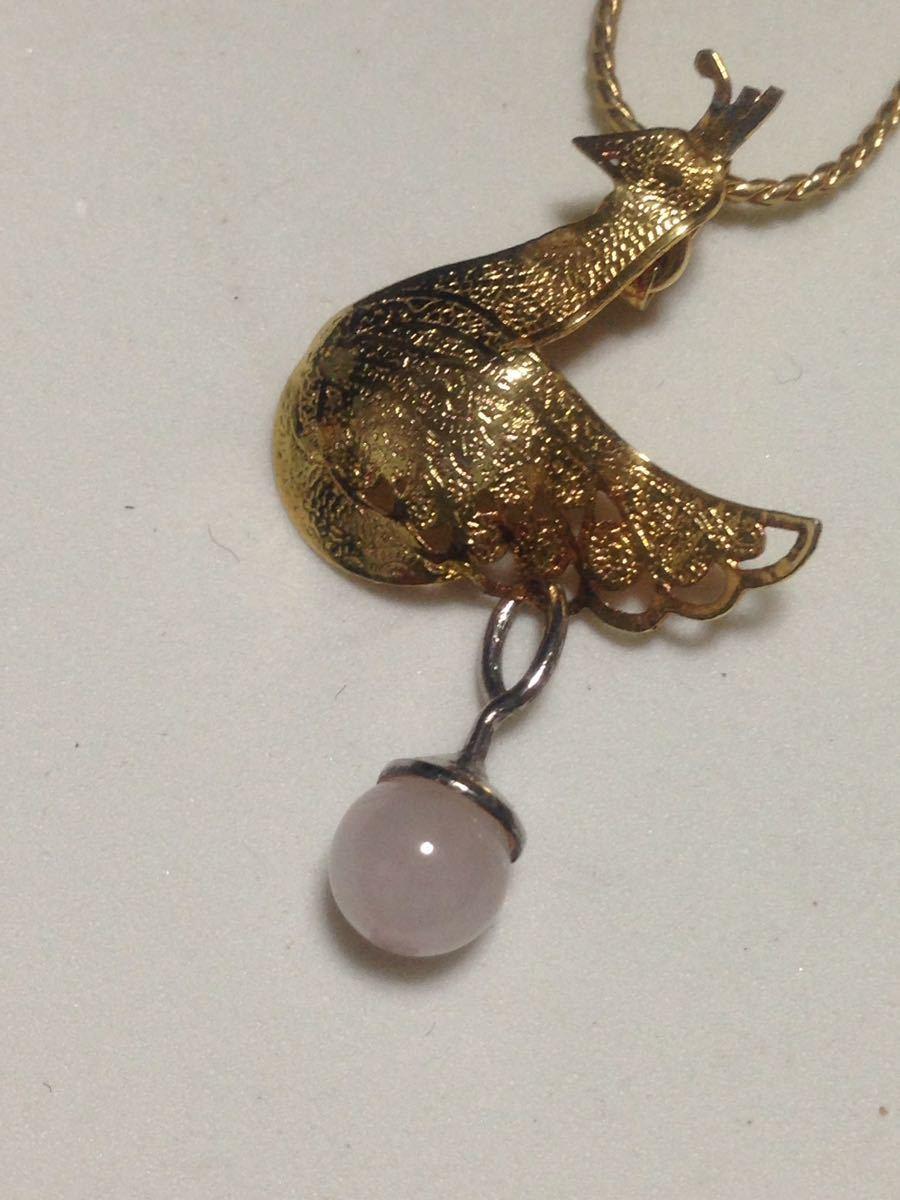 ゴールドカラー、孔雀とピンク水晶のデザイン、ペンダントネックレス 未使用品_画像2