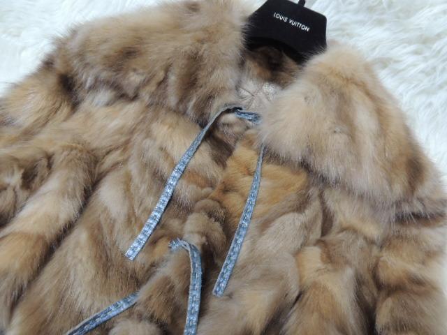 ゴールデンカラーの セーブルファーで創られた 毛皮ジャケットです。綺麗です。