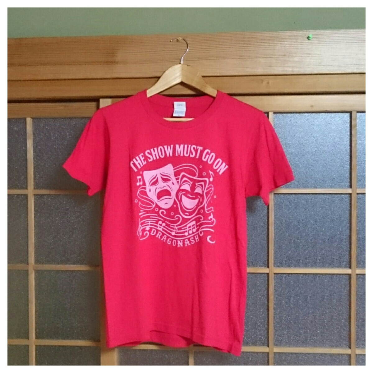 3 美品 DRAGON ASH ドラゴンアッシュ 2014 THE SHOW MUST GO ON ライブツアーTシャツ ロックT バンドT Sサイズ 赤_画像1