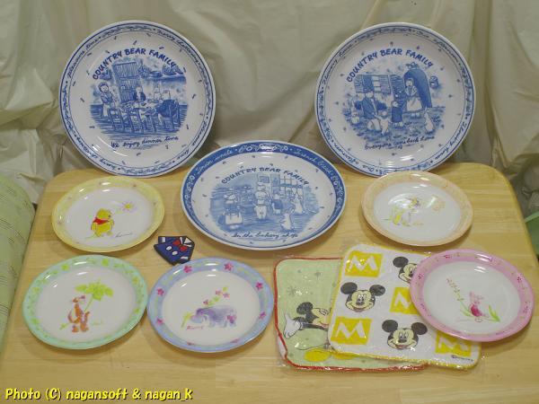 ★即決★ 「COUNTRY BEAR FAMILY」の皿3枚、ディズニーキャラクターの皿が5枚、ハンドタオル2枚、マグネット1個--全て中古品です_画像1