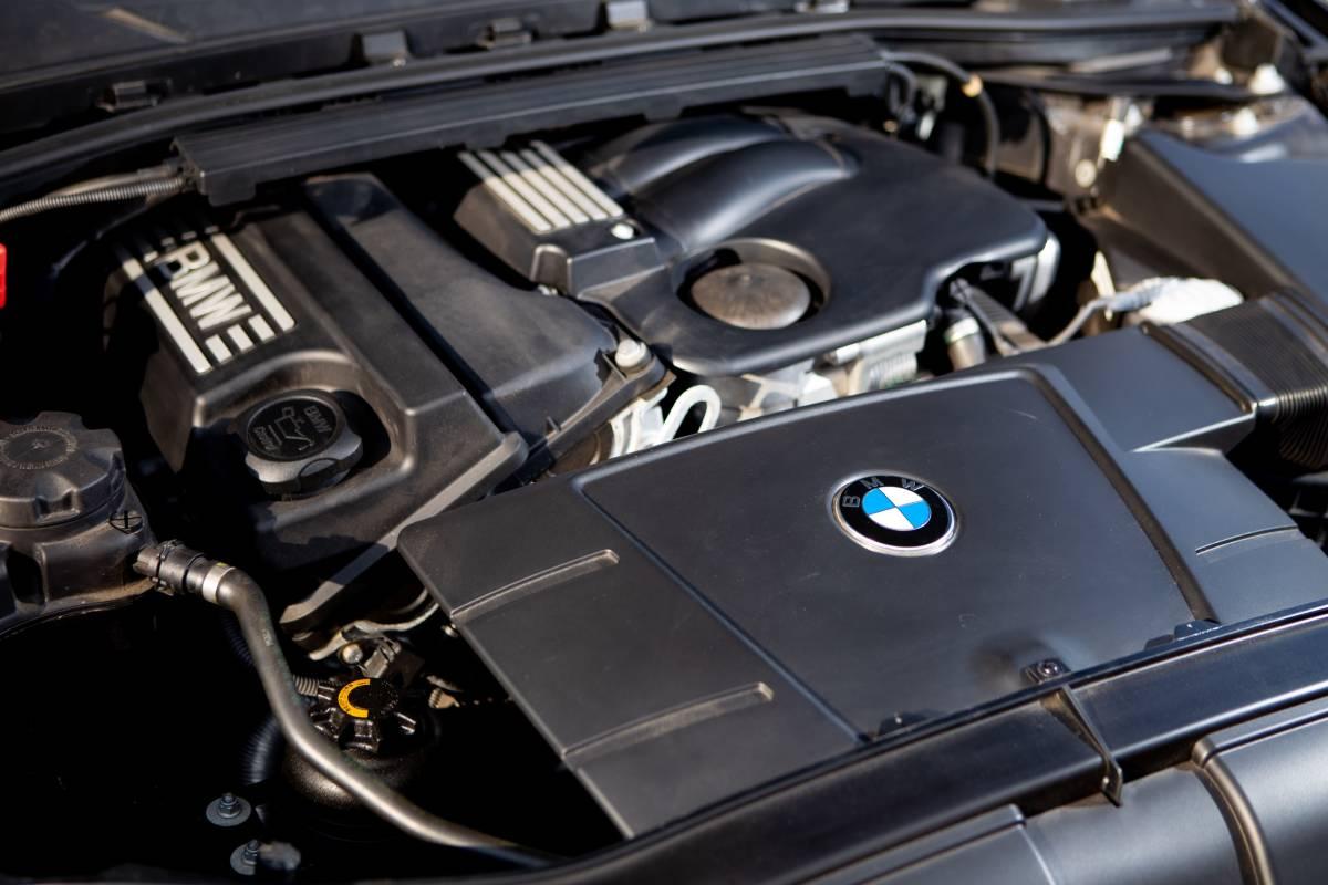 【超低走行・屋根保管・禁煙】艶々ボディ・コンディション良好!BMW 320i H19年式/D認定中古車/右H/ボディコーティング/HID/ナビ_画像5