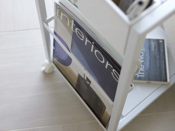 キャスター付き サイドテーブル(ホワイト)ソファテーブル ワゴン リモコン収納 マガジンラックテーブル ベッドサイド カフェ スチール 白_画像4