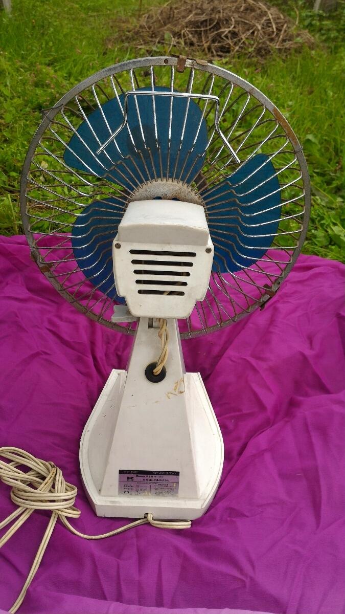小型扇風機、白色、新晃ロンドル(株)高さは変えられない。首の角度調整レバー有り、高さ37、横29、奥行き18センチ、コード2メートル_画像2