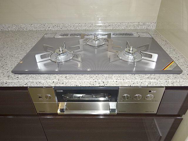 高級タイプ人工大理石 タカラスタンダード システムキッチン モデルルーム展示品 ガスコンロ 食洗機 換気扇 フルセット♪ 超美品_画像2