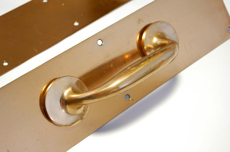 S1328 アンティークの真鍮ドアハンドル&プレートのセット 古い扉の取っ手 ブロンズ製? ショップ什器 スイングドア建具部品_画像3
