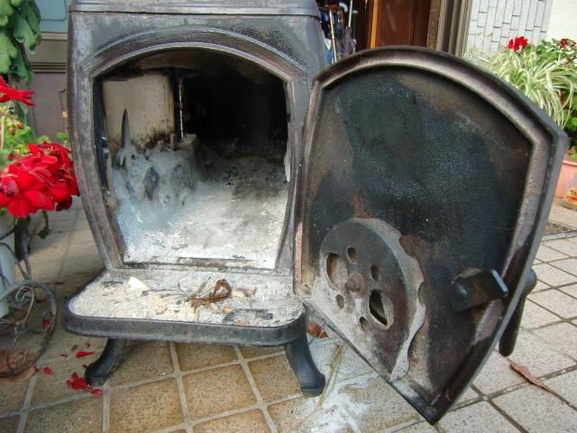 中古 ♪薪ストーブ♪ 今年春まで使用  鋳物 暖炉 煙突 エコライフ 自立型生活 再利用 循環型 自然派 環境 エコスタイル 炎 _画像4