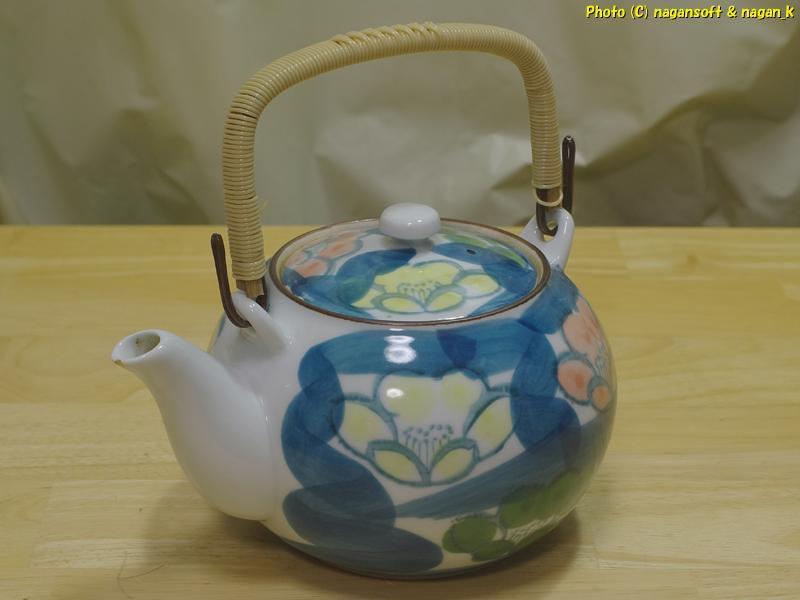 ★即決★ 花柄の茶器セット 急須と湯呑み客です。窯元の名が記されているのですが達筆すぎて私には読み取れません_画像2