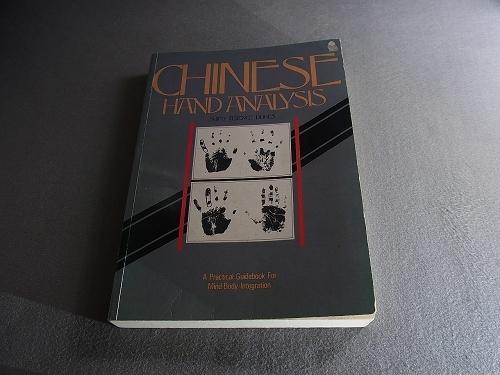 【CHINESE HAND ANALYSIS】洋書(英語)何の本かわかりません.画像でご確認ください.中国式手相術?開きくせ背しわやけなどの中古感があります
