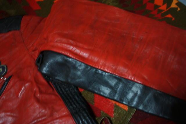 希少 赤×黒 70s ビンテージ 変型 2トン UK ロンジャン ライダース ■ モーターサイクル レザー ジャケット ユーロ イギリス ルイスレザー_左袖の薄汚れの画像です。
