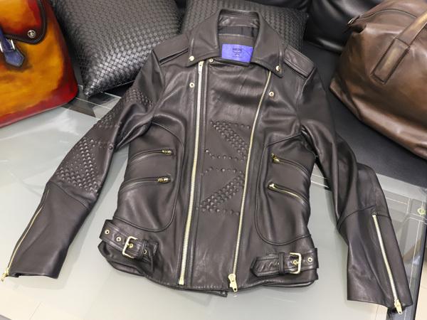 極上品 MCM 絶盤 13AWコレクション限定ピラミッドスタッズデュアルレザーブルゾン メンズM 黒 ブラック 紳士服 ジャケット 本物 正規_画像1