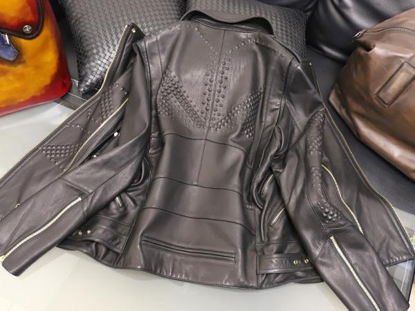 極上品 MCM 絶盤 13AWコレクション限定ピラミッドスタッズデュアルレザーブルゾン メンズM 黒 ブラック 紳士服 ジャケット 本物 正規_画像7