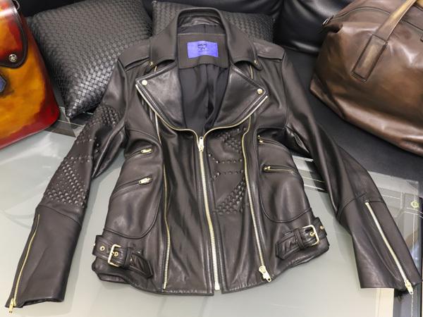 極上品 MCM 絶盤 13AWコレクション限定ピラミッドスタッズデュアルレザーブルゾン メンズM 黒 ブラック 紳士服 ジャケット 本物 正規_画像2