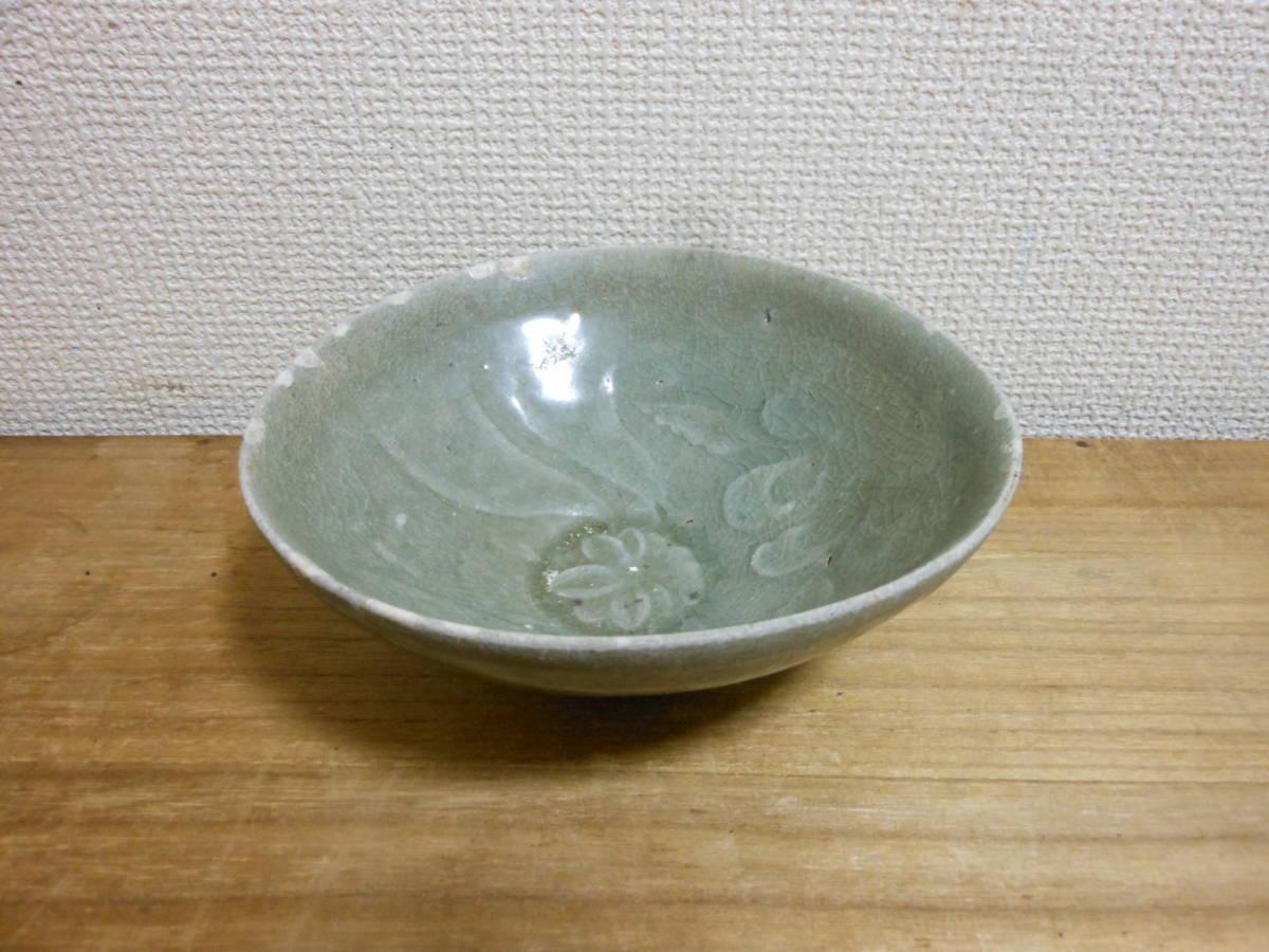 朝鮮古陶磁その28 高麗青磁 陽刻花文茶碗 高麗中期13世紀前半 縁にホツ直し、ニュウあり 共直しはありません 座りは安定 真作保証_画像1