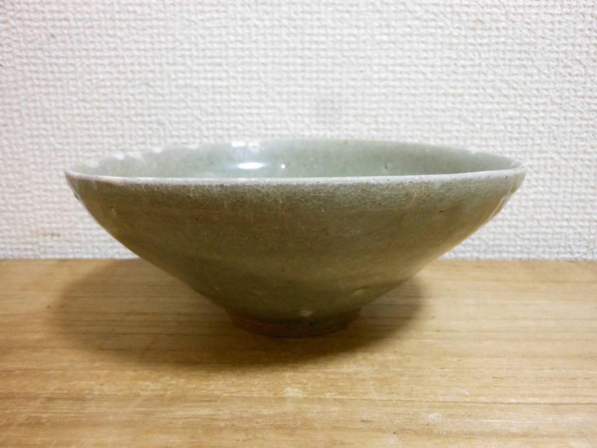 朝鮮古陶磁その28 高麗青磁 陽刻花文茶碗 高麗中期13世紀前半 縁にホツ直し、ニュウあり 共直しはありません 座りは安定 真作保証_画像2