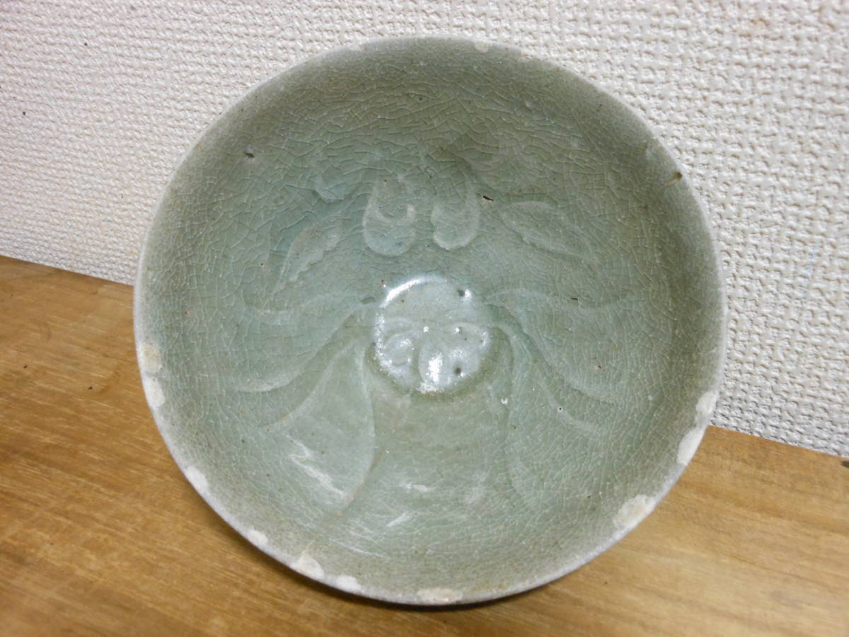 朝鮮古陶磁その28 高麗青磁 陽刻花文茶碗 高麗中期13世紀前半 縁にホツ直し、ニュウあり 共直しはありません 座りは安定 真作保証_画像3