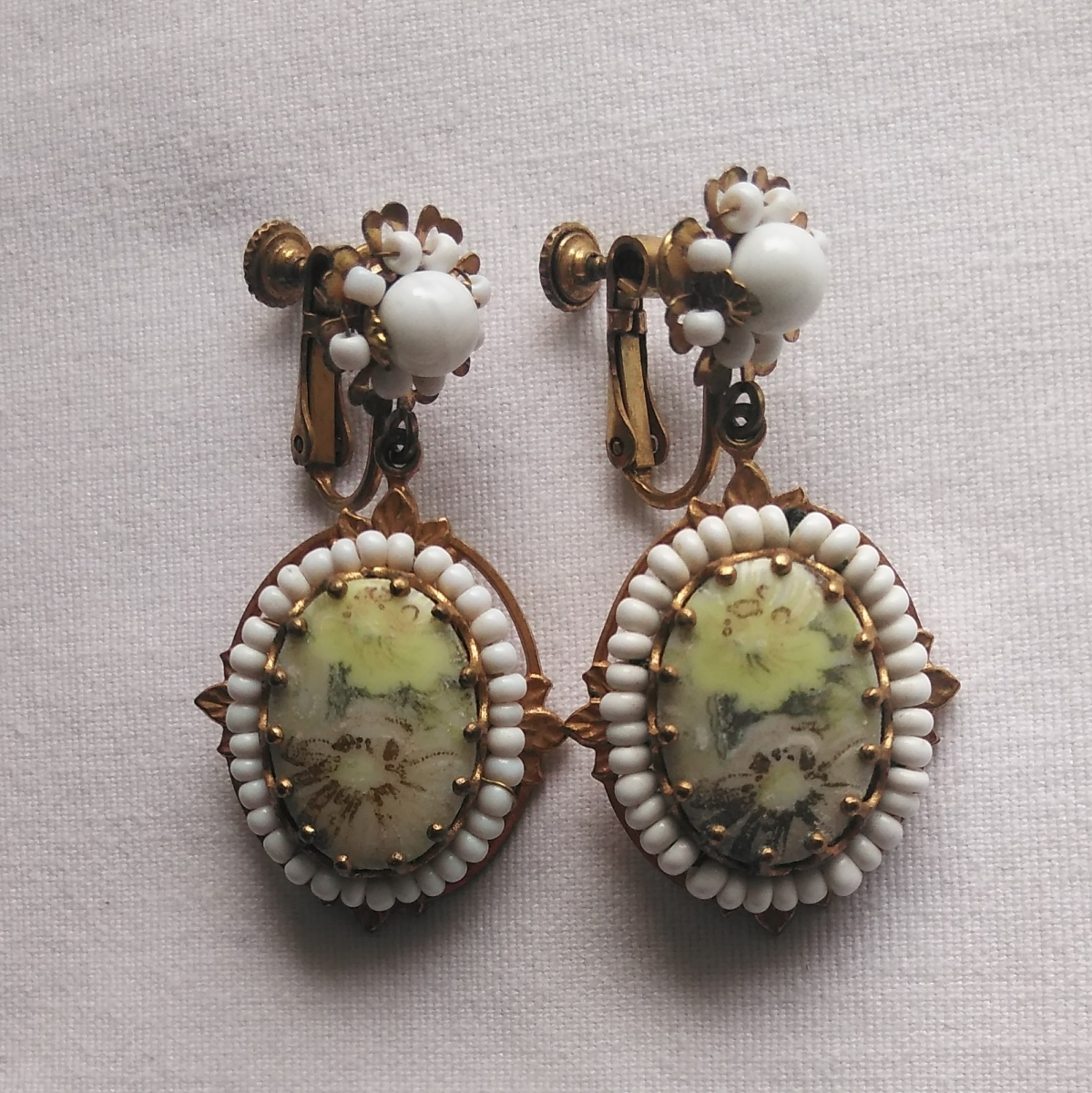 SALE ミリアム?ハスケル ヴィンテージ イヤリング ゴールド 白 花 Vintage Miriam Haskell flower earrings, gold tone with white beads