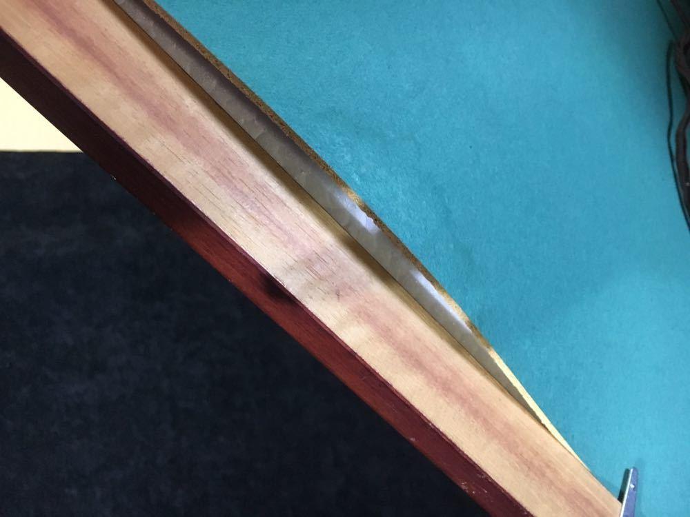 裏の台紙にゆがみがあります。