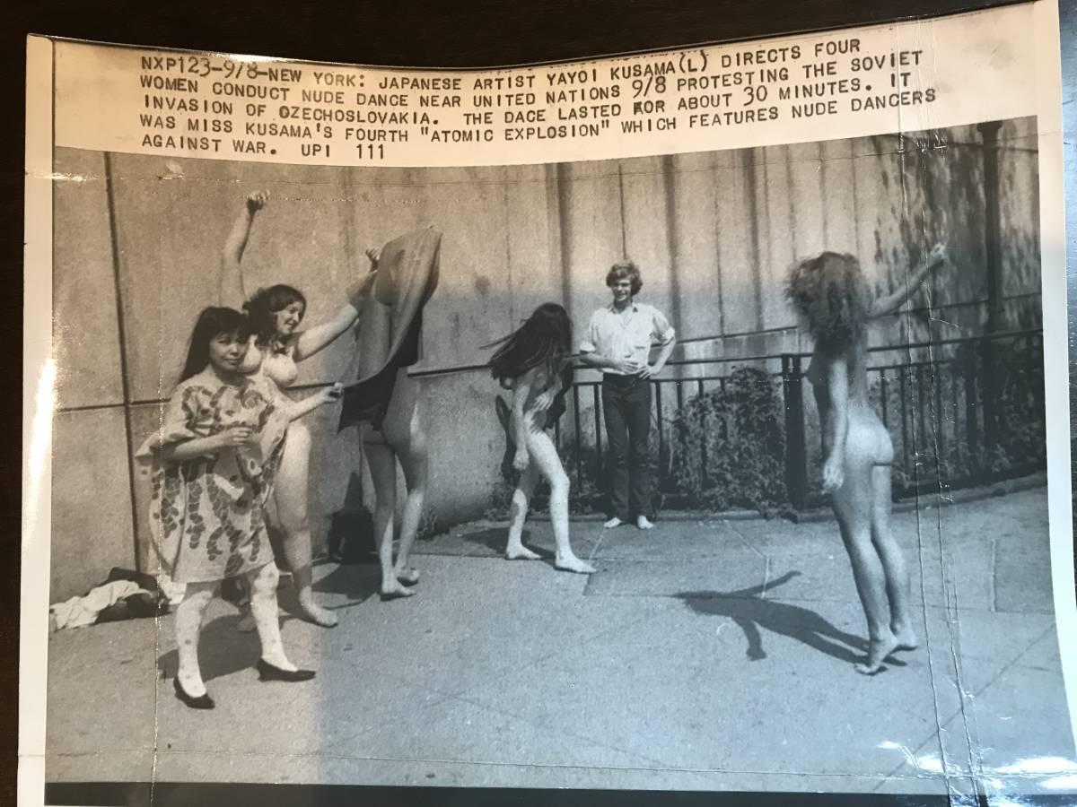 超入手困難【草間彌生 ヌードパフォーマンスオリジナル写真 1968年】ゼラチンシルバープリント チェコ侵攻 ベトナム戦争 ヒッピー MOMA_画像1