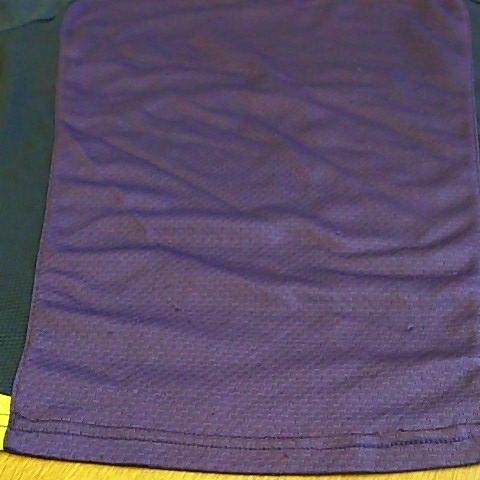 s568 良品! ■UMBRO■ アンブロ デサント サイズS 紫系 トレーニングシャツ ゲーム 身幅49.5 着丈70 ラグラン35 半袖 ゆうパケ~_背中裾、数か所引っかけあとあり