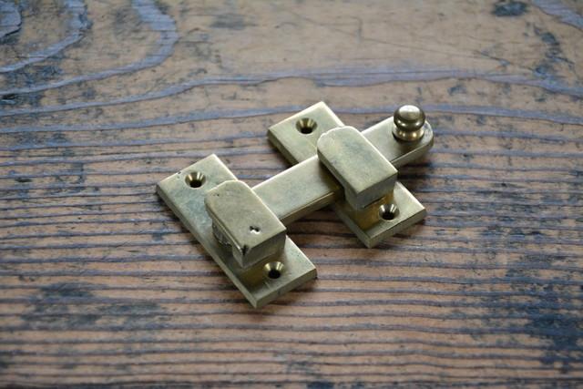 NO.7216 古い真鍮鋳物の打掛け 50mm 検索用語→A100gアンティークビンテージ古道具真鍮金物扉ドア引戸ケビント本棚_画像1