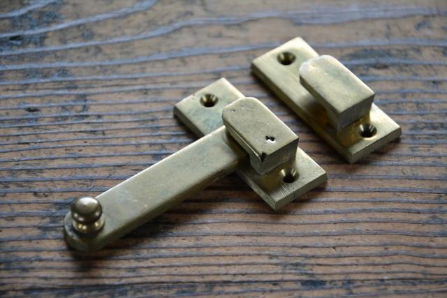 NO.7216 古い真鍮鋳物の打掛け 50mm 検索用語→A100gアンティークビンテージ古道具真鍮金物扉ドア引戸ケビント本棚_画像2