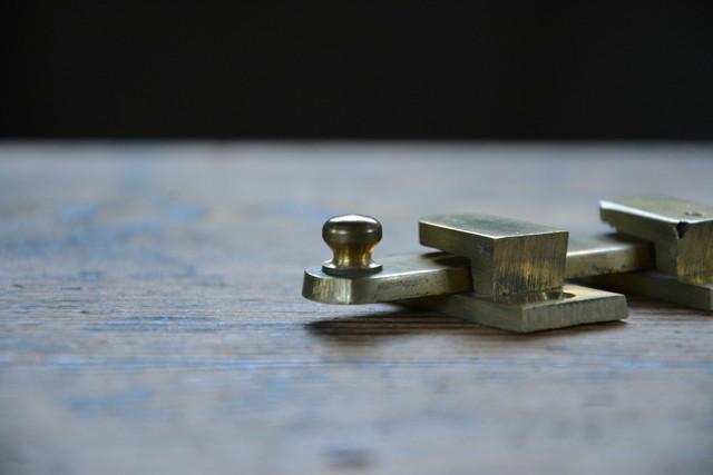 NO.7216 古い真鍮鋳物の打掛け 50mm 検索用語→A100gアンティークビンテージ古道具真鍮金物扉ドア引戸ケビント本棚_画像4