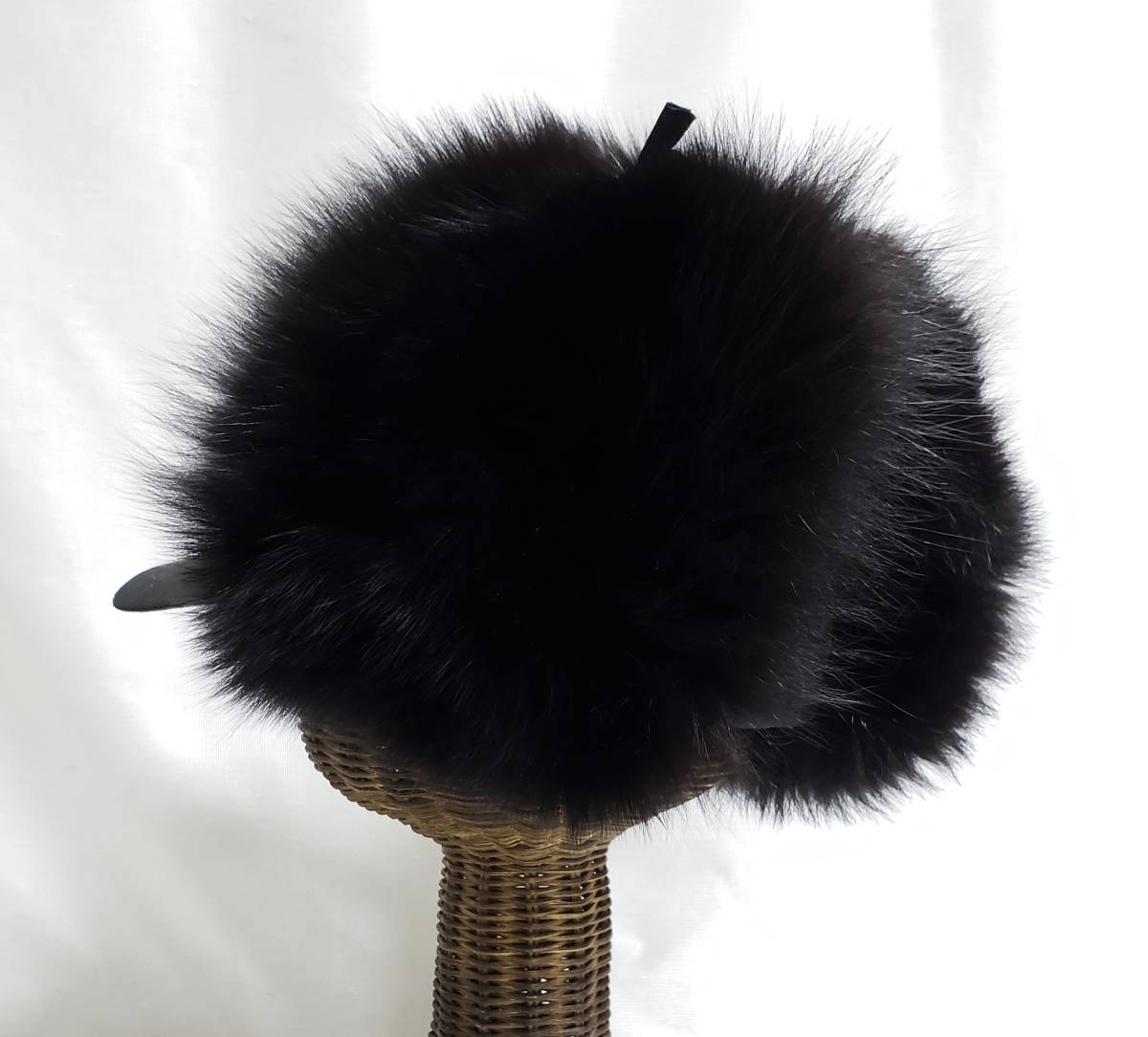 希少 新品同様 モンクレール MONCLER ボリュームファーが素敵な フォックス ファー 耳当て付き 帽子 パイロット キャップ 黒 フリーサイズ _画像4