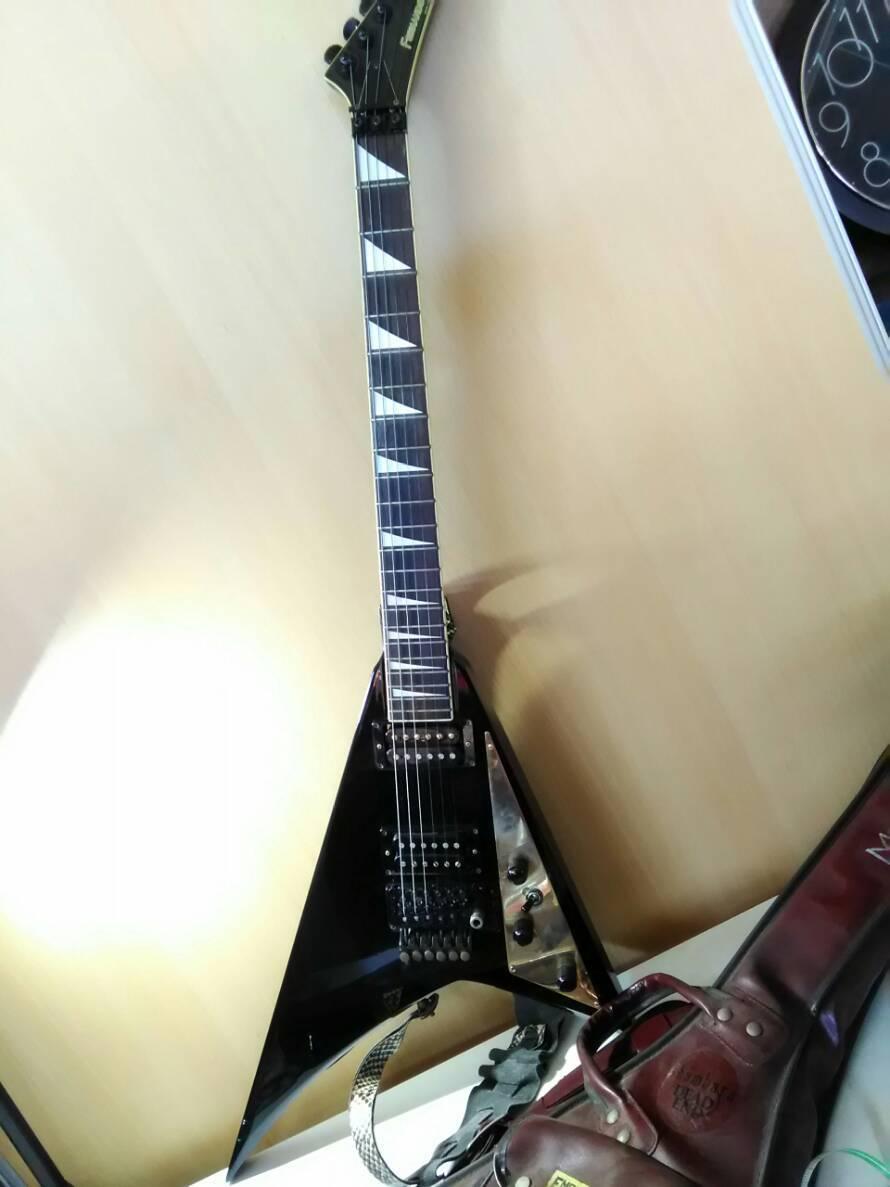 ( 117 ) フェルナンデス FERNANDES エレキギター? ギター リミテッドエディション Maxon ケース付き 楽器 黒白 パイソン柄ベルト_画像1