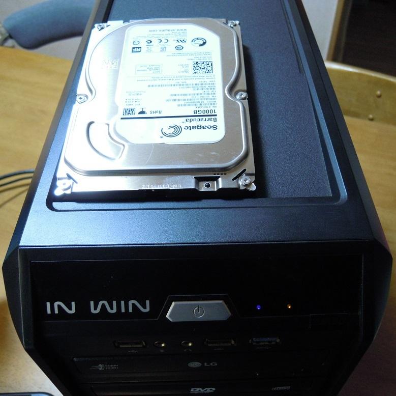 ケース上にHDDを挿せるコネクタを装備!