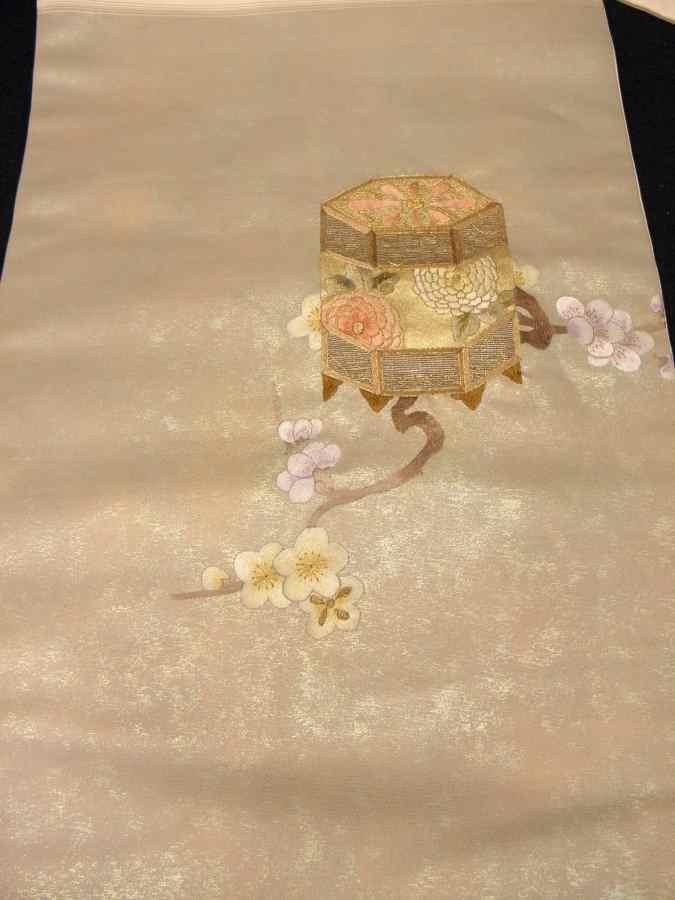 【帯喜楽】タ2-23●九寸名古屋帯●薄ベージュに箔と刺繍の梅に桶_画像4