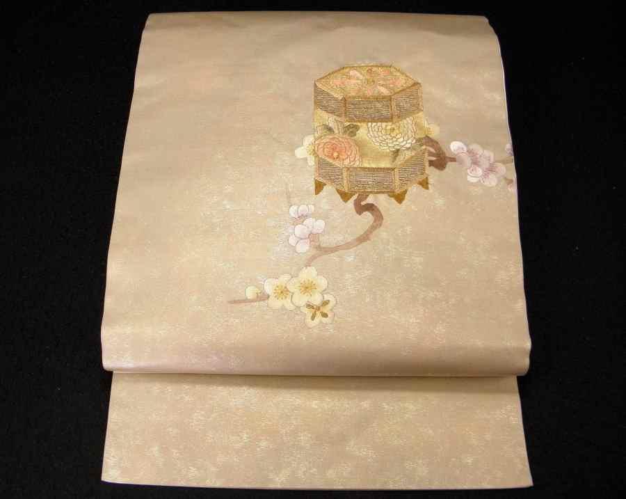 【帯喜楽】タ2-23●九寸名古屋帯●薄ベージュに箔と刺繍の梅に桶_美しい刺繍の九寸名古屋帯です