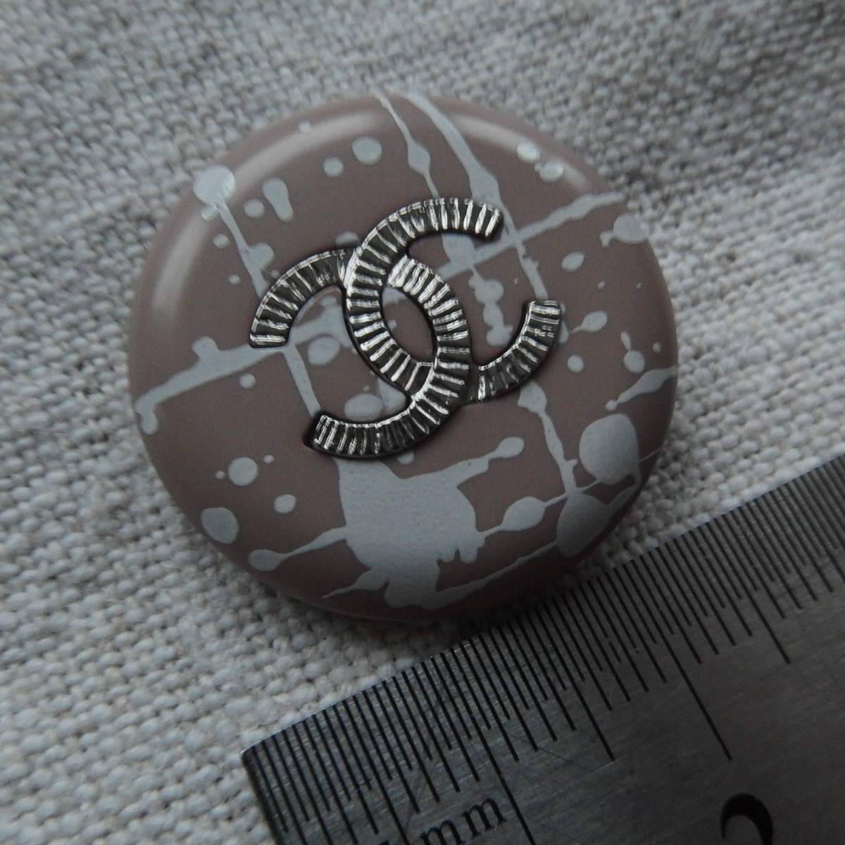 シャネルボタン 2.7cm ピンクベージュx白 メタル CC 1個_画像1