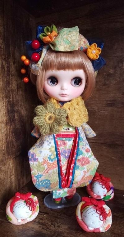 ブライス:正絹の着物・振袖:マルチカラー:バンビと花々:簪・ショール・ガラス風こっぽり付き_画像3